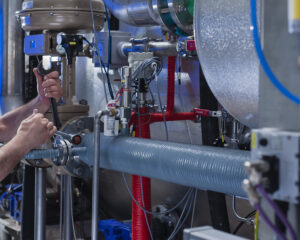 Imagen de un técnico de CIFA Instalaciones que representa la ampliación, mejora y renovación o revamping de instalaciones existentes