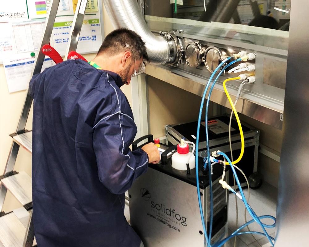 Imagen de un técnico de CIFA Servicios llevando a cabo el servicio de descontaminación de cabinas de seguridad biológica por VH2O2