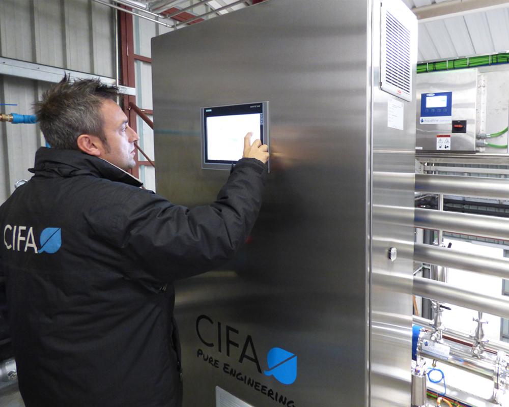 Imagen de un técnico SAT de CIFA Servicios llevando a cabo el servicio de mantenimiento de equipos de proceso farmacéutico